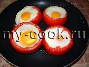 Яйца в помидорах с соусом из петрушки